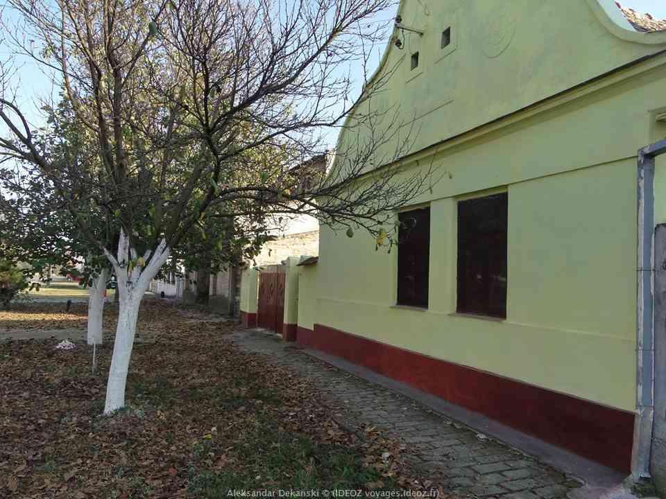 Krcedin maison et rue dans le village de voivodine serbe
