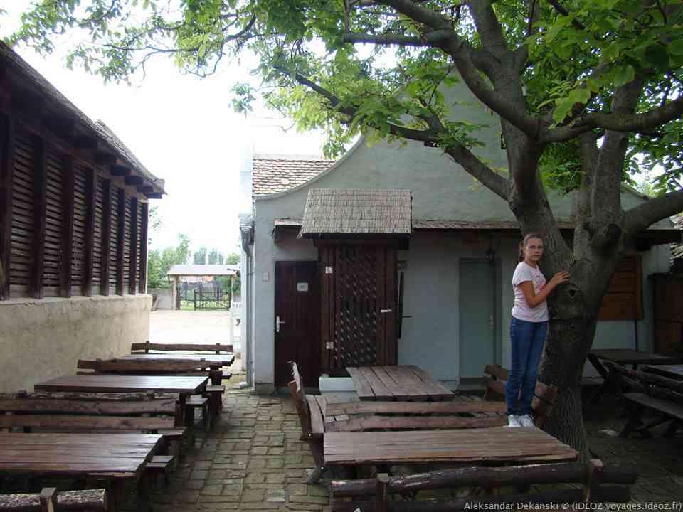 terrasse du restaurant de la ferme Salas Stojsic à Krcedin