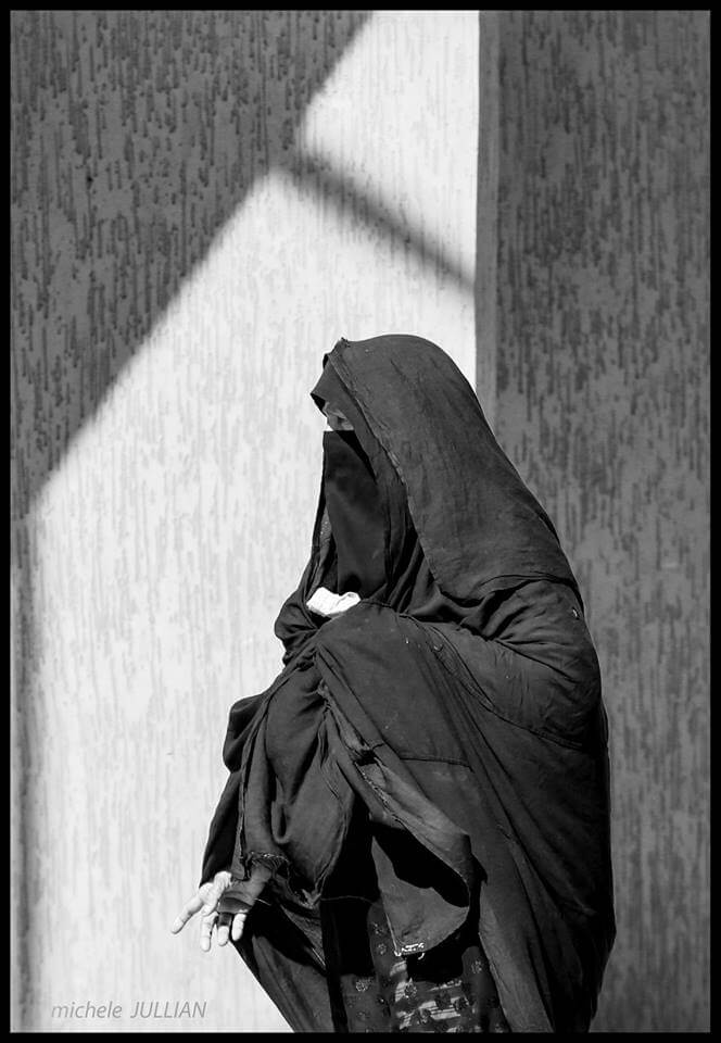 Rissani Femme couverte de son voile au Maroc
