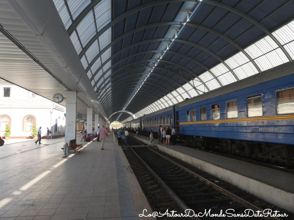 Trains dans une gare de Roumanie