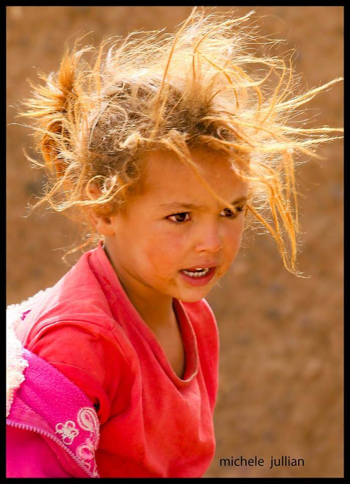 fillette berbère belle et farouche au Maroc
