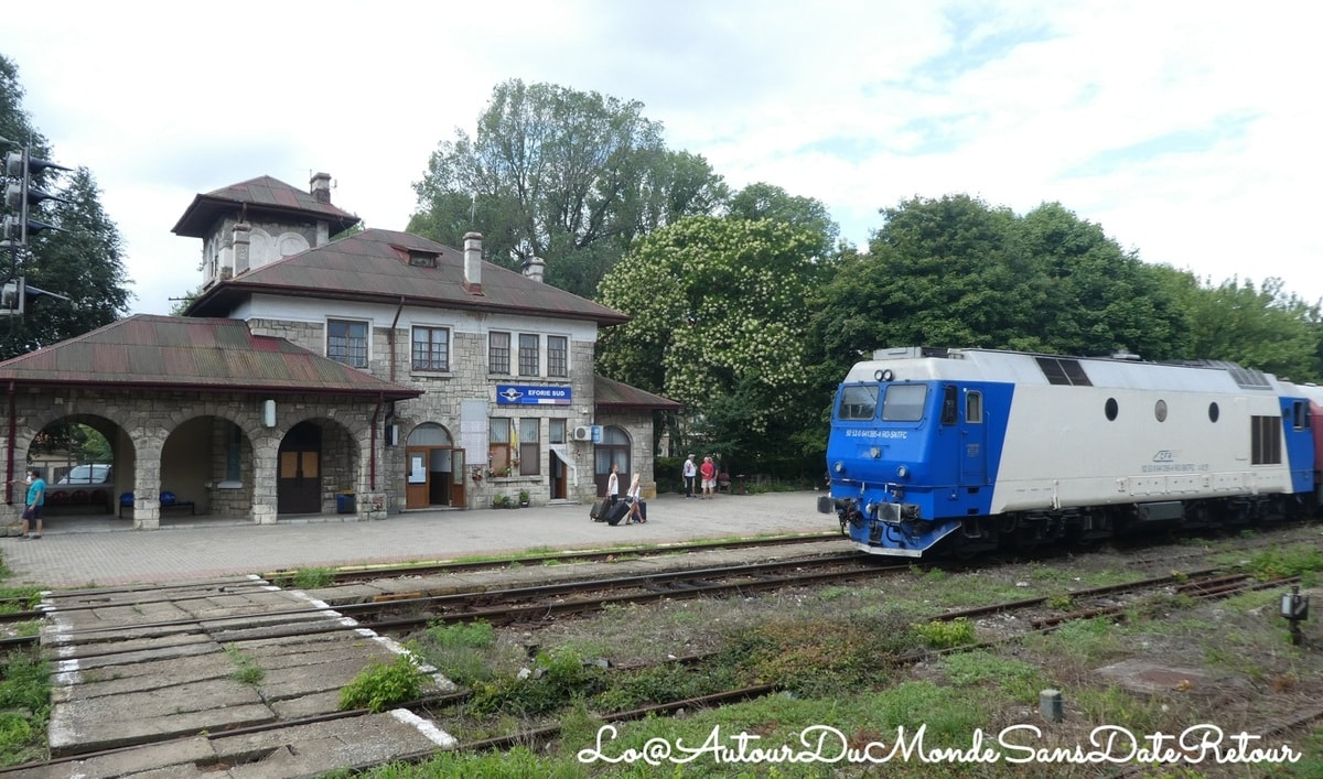 gare et train en Roumanie en Transylvanie