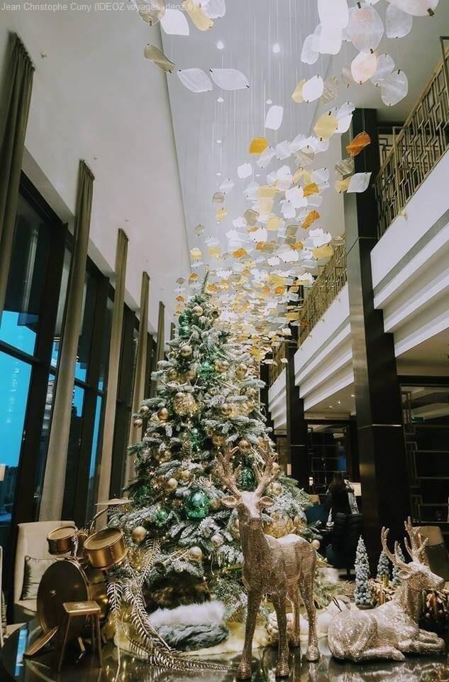 Belles décorations de Noël dans les vitrines de Budapest