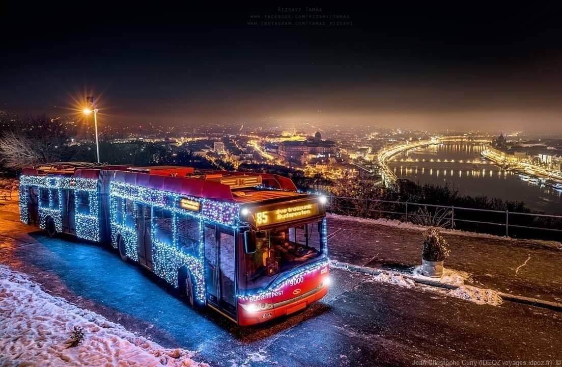 Panorama sur Budapest enneigé depuis un bus décoré pour les fêtes de fin d'année