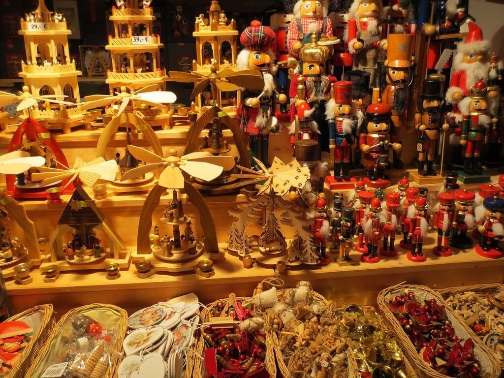 Tours de l'avent et casse noisette objets typiques de Noël en allemagjne sur un marché de berlin