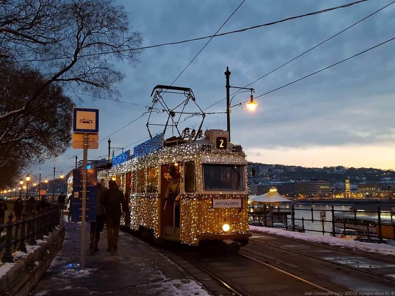 Tramway de Noel illuminé à Budapest Fenyvillamos