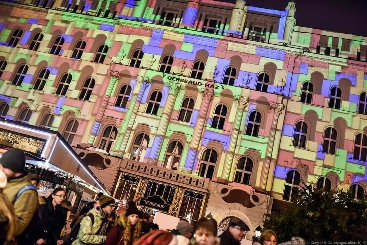 jeux de lumières à Budapest à Noel sur la façade Gerbeaud Haz
