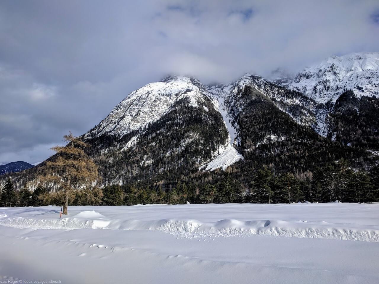 Massif enneigé à Riedboden Mittenwald en hiver