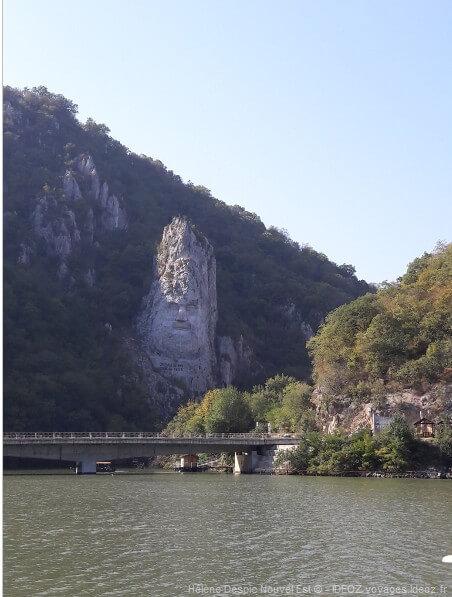 Statue du roi Décébal sur la berge roumaine du danube dans les Portes de fer