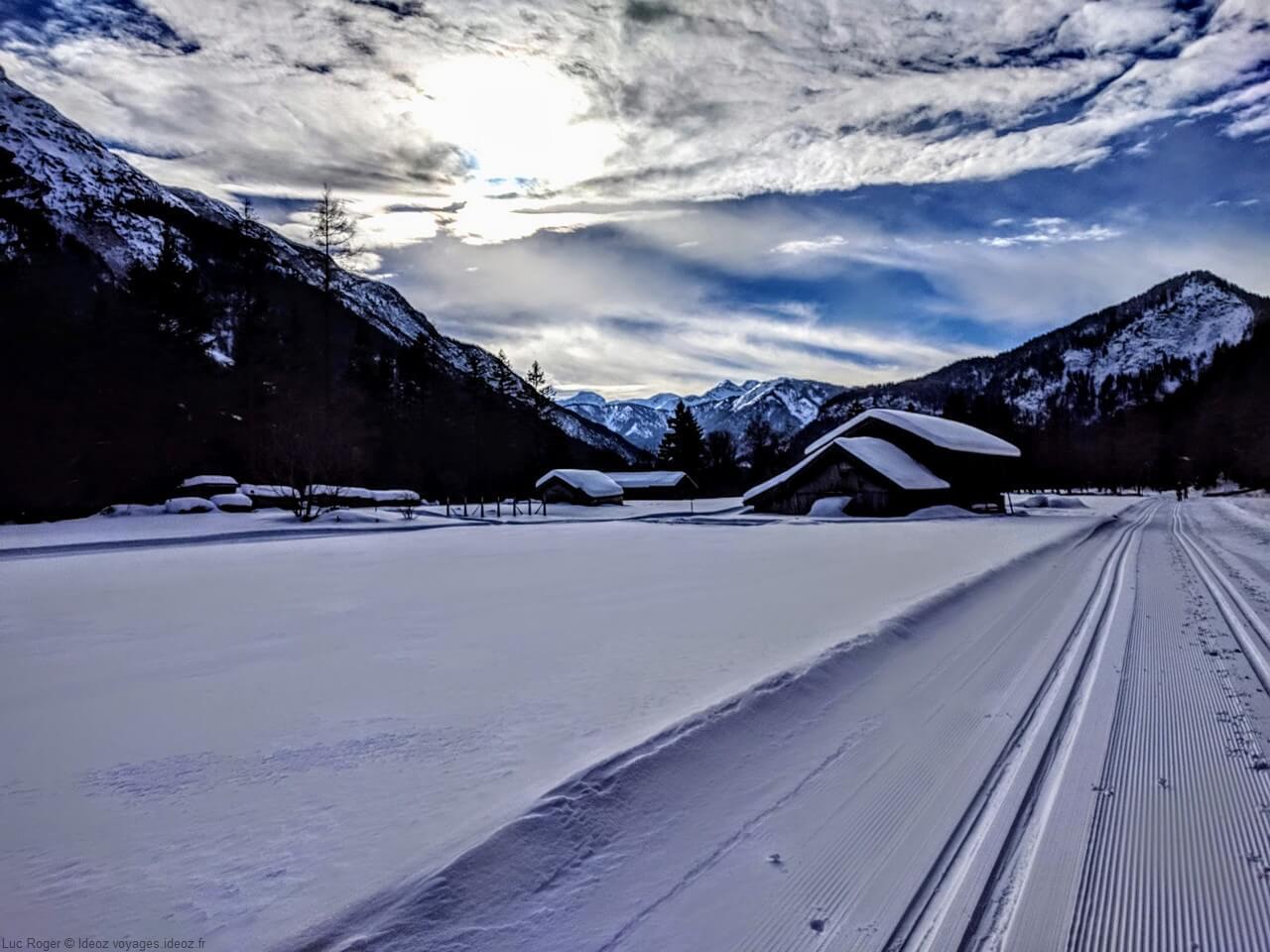 chalets et sentiers sous la neige à Mittenwald Rieboden