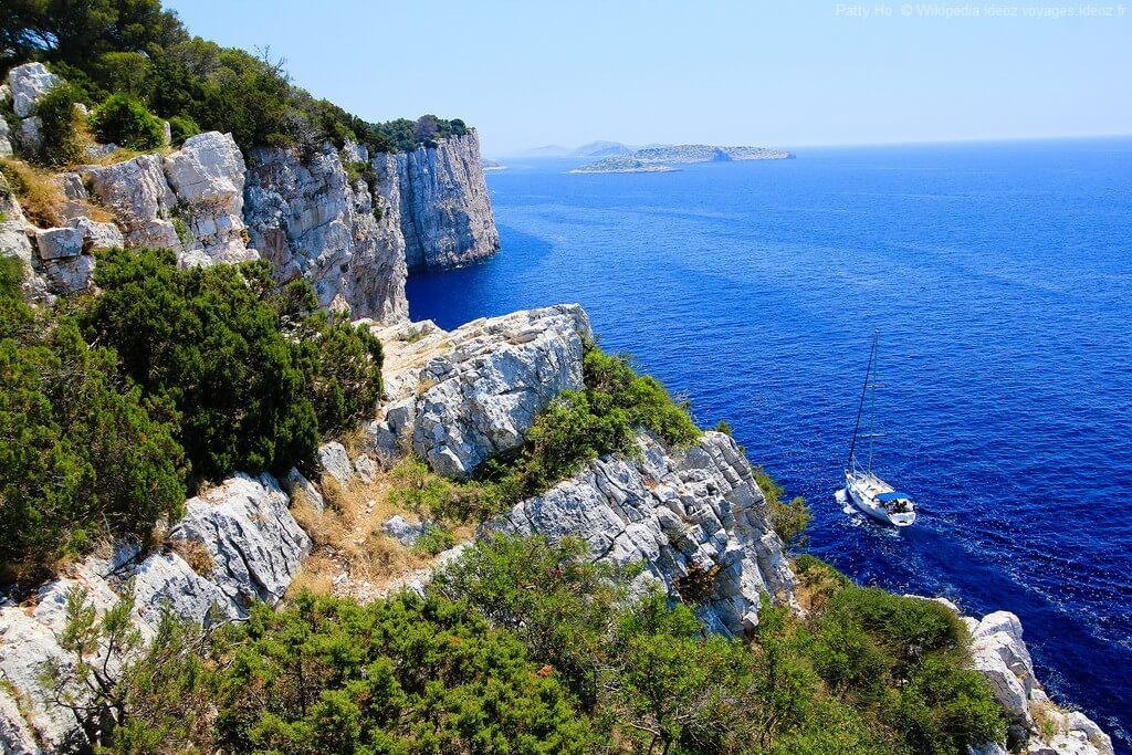 voilier bordant les falaises de dugi otok