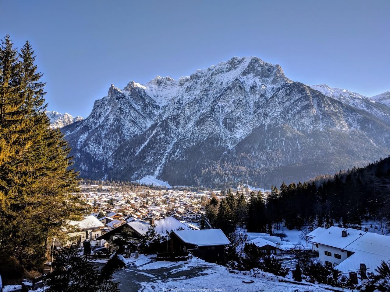 Vue sur Mittenwald et les montagnes enneigées