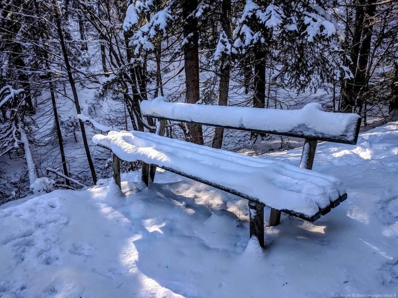banc enneigé dans les Alpes bavaroises