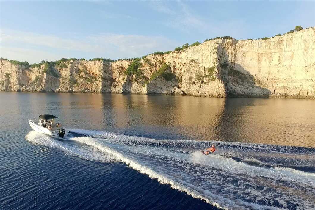 découvrir les iles kornati en bouée tractée et en wakeboard