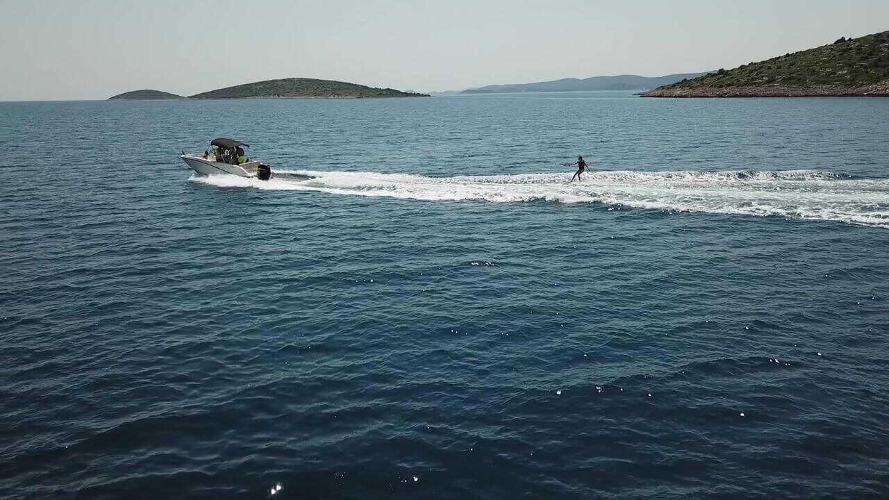 ski nautique avec topic sur son petit bateau dans l'archipel de zadar