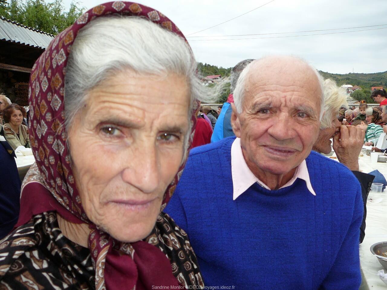 Couple de roumains nos voisins lors du repas de la fête du monastère d'ostrov