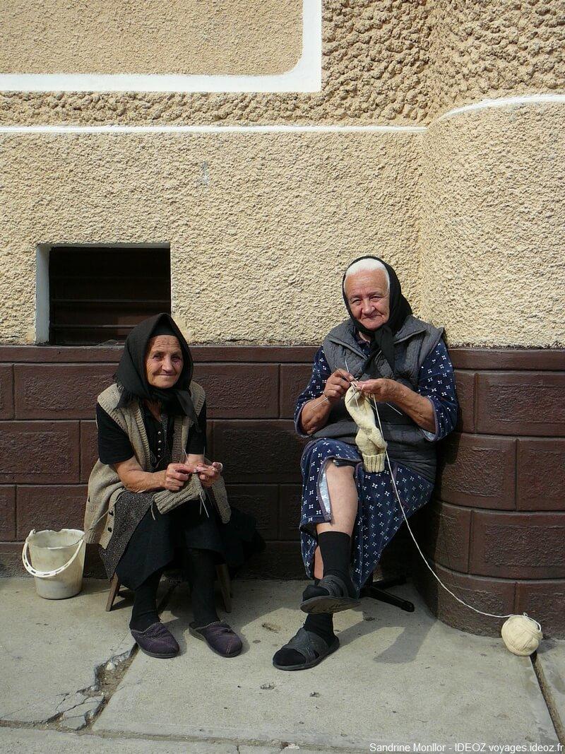 Deux grands mères entrain de tricoter dans un village de Transylvanie