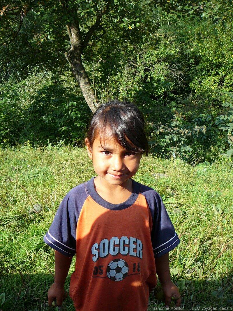 Petite fiile Rrom croisée près du village de Viscri