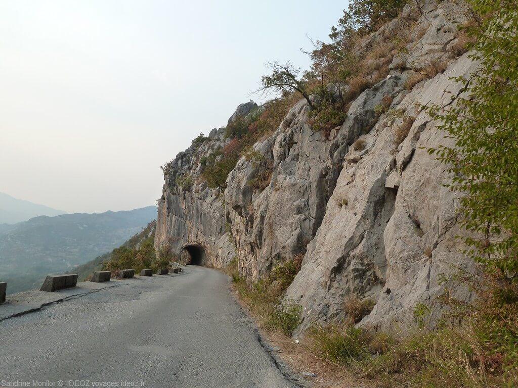route vers le monastère d'ostrog