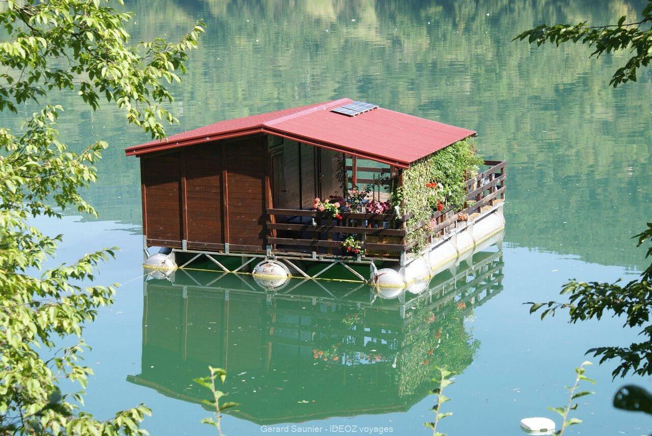 Cabane flottante sur la Drina en Serbie