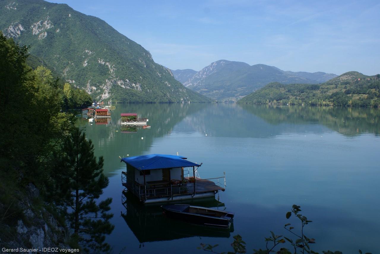 Maisons flottantes sur la rivière Drina en Serbie