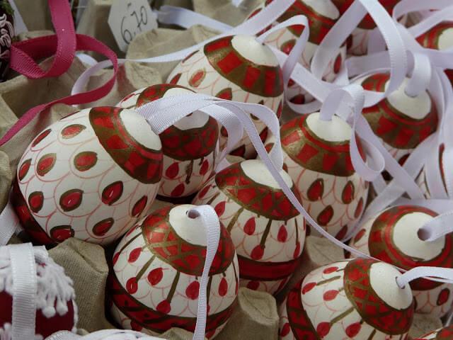 Oeufs décorés sur un marché de paques à Vienne