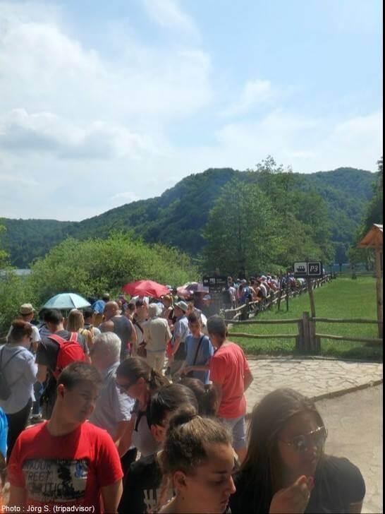 longue file d'attente pour découvrir Plitvice en été