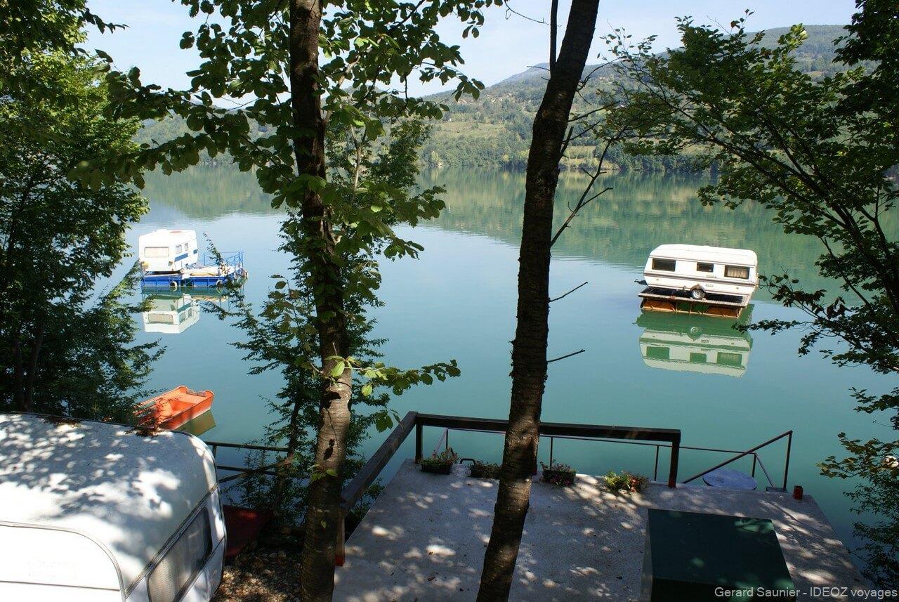 maisons flottantes originales sur la Drina en Serbie
