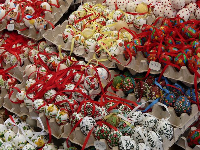 oeufs de pâques décorés sur un marché artisanal de Vienne