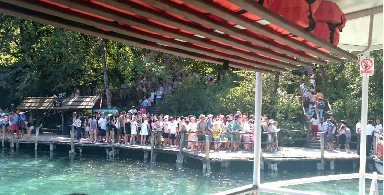 queue des visiteurs pour monter à bord des bateaux à Plitvice en été