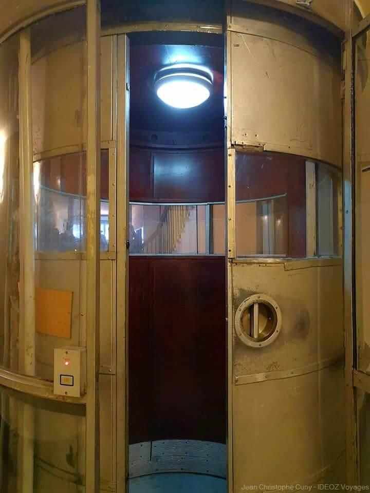 ascenseur dans un immeuble de Budapest de style Bauhaus
