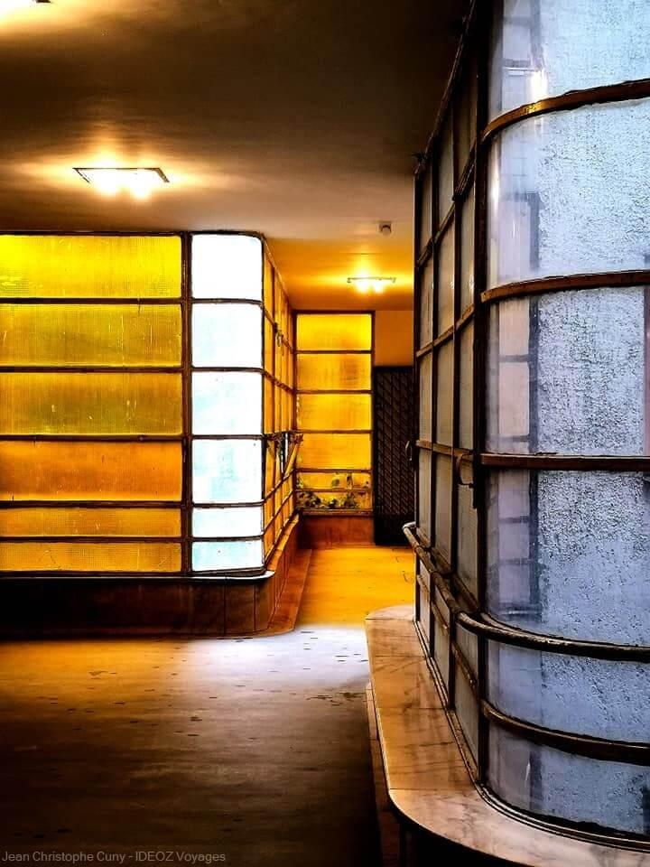 à l'intérieur d'un immeuble de style bauhaus à Budapest