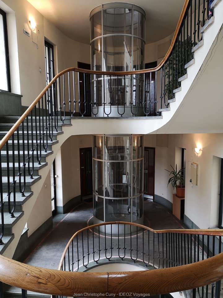 ascenseur de style bauhaus dans un immeuble moderne de Budapest