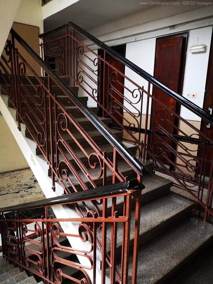 escalier dans un immeuble Bauhaus à Budapest