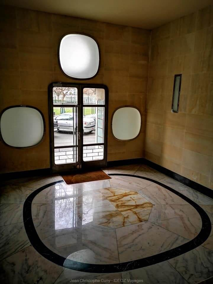hall en marbre dans un immeuble de Budapest au style Bauhaus