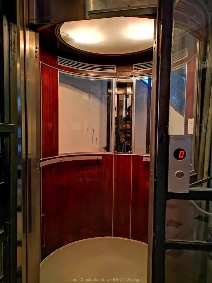 intérieur de l'ascenseur dans un immeuble Bauhaus à Budapest