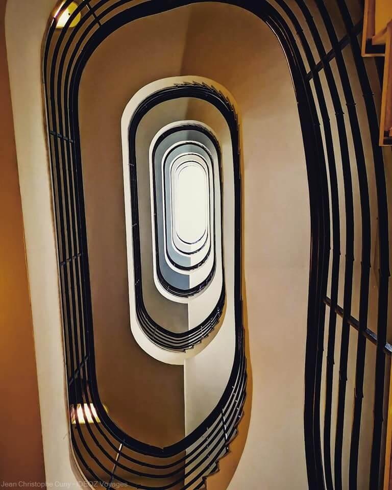 ascenseur colimaçon dans un immeuble Bauhaus Budapest