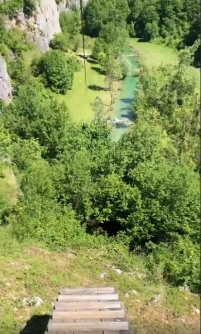 tyrolienne à plitvice au dessus de la rivière korana