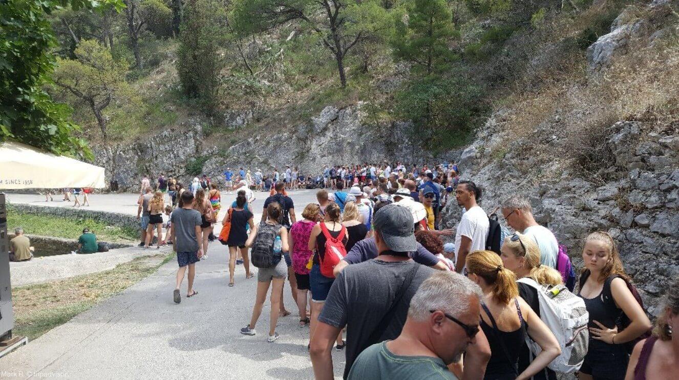 file d'attente des touristes pour entrer dans le parc de krka en été