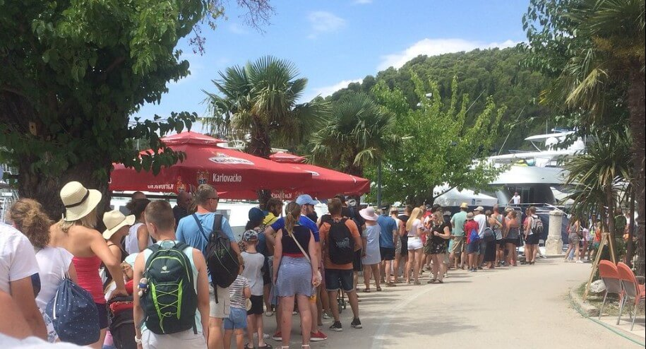 file d'attente pour aller au parc de Krka depuis Skradin en bateau