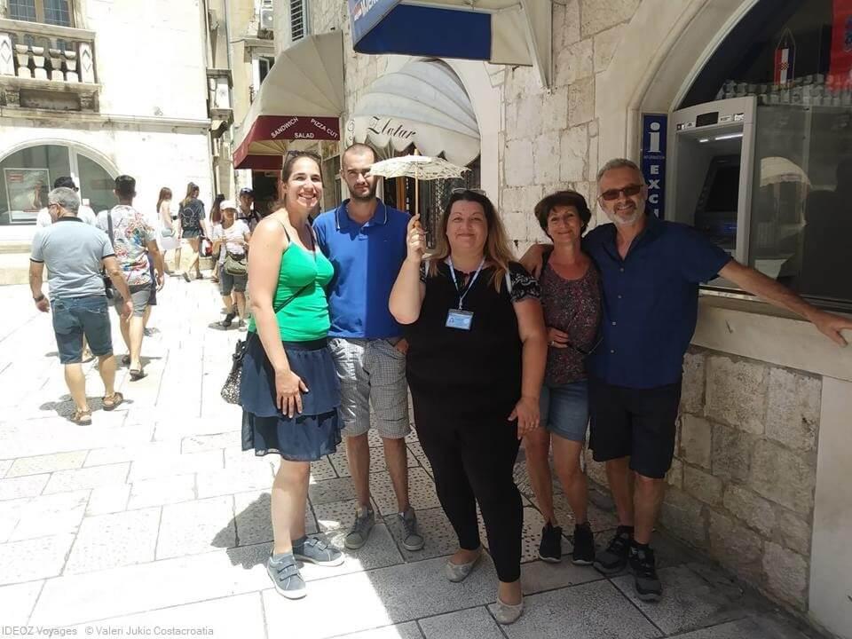 voyageurs explorant le centre historique de split avec valeri (1)