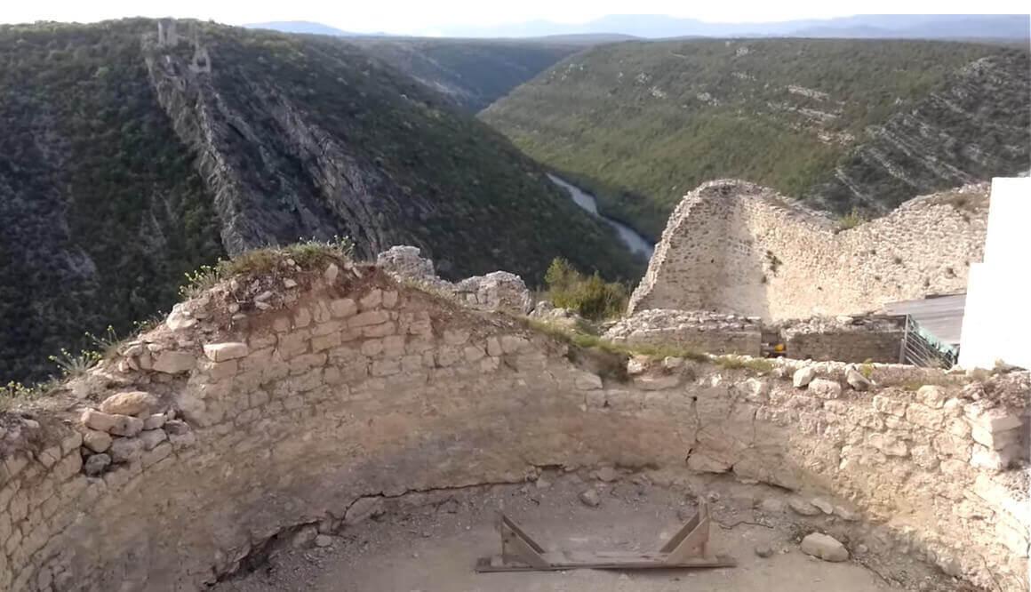 Vue de le forteresse trosenj et du canyon de Krka depuis Necven