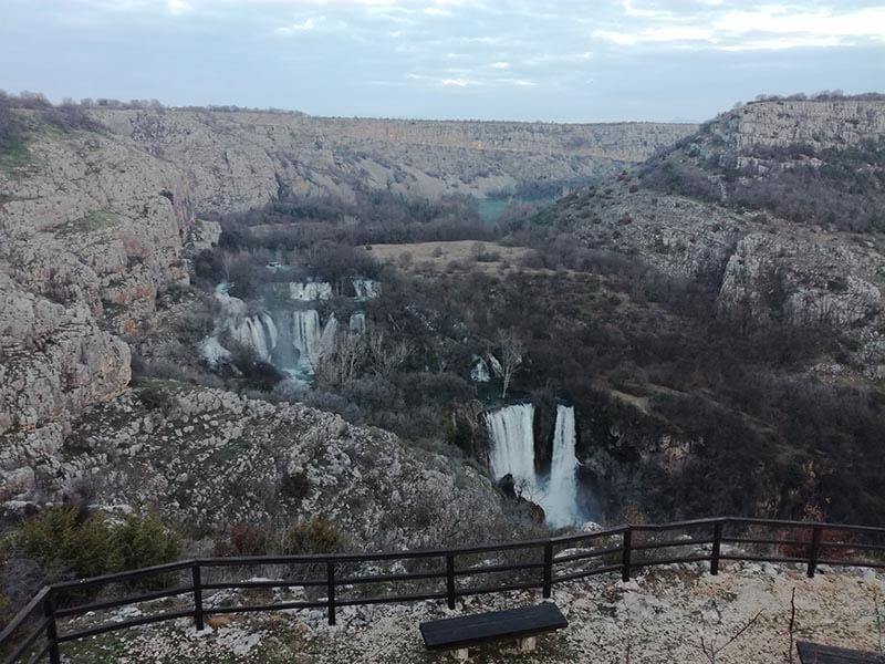 chutes de manojlovac vue panoramique sur la rivière Krka