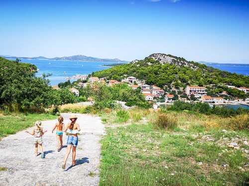 enfants se baladant sur l'île de vrgada
