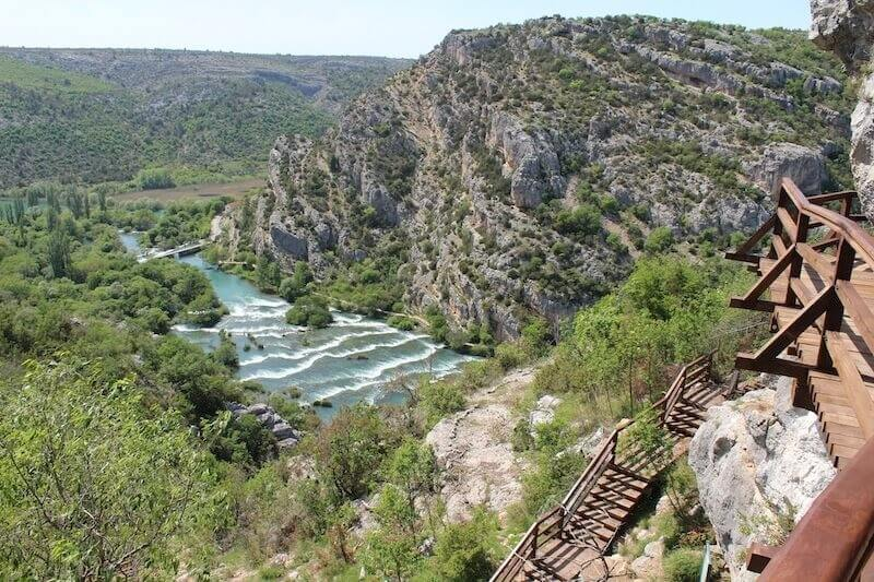 marches pour atteindre le point de vue sur la Krka depuis Roski slap