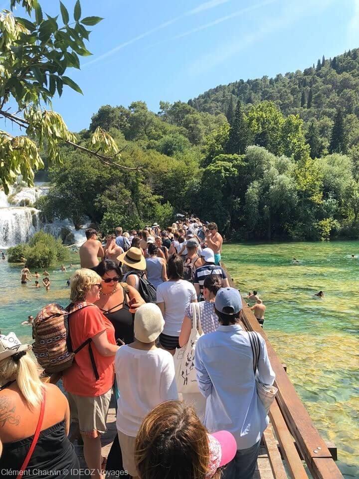 passerelle remplie de touristes pour voir les chutes de skradinski buk à krka en juillet