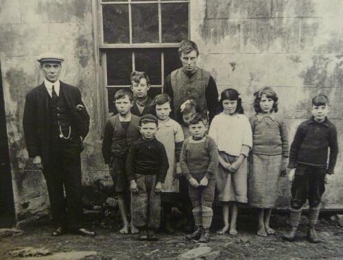 Des enfants de Saint Kilda devant leur école. (Photo Damien Personnaz, d'après une archive du musée de l'île)