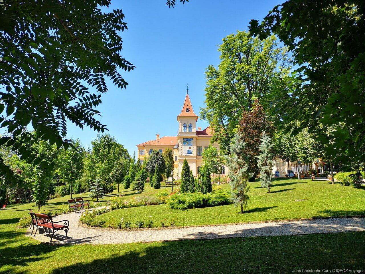 jardin public dans une ville au bord du lac de Balaton