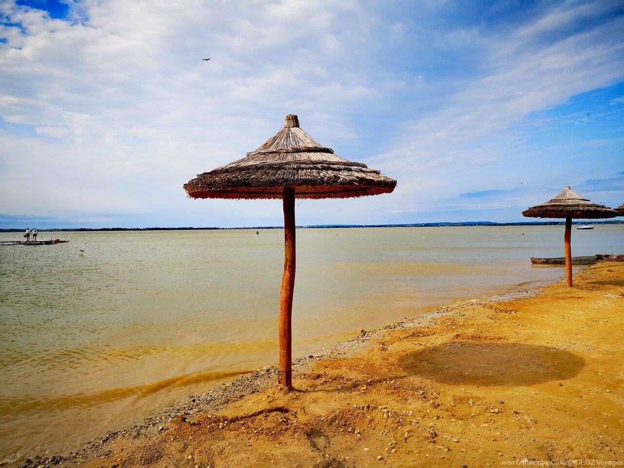 plage de sable sur le lac balaton