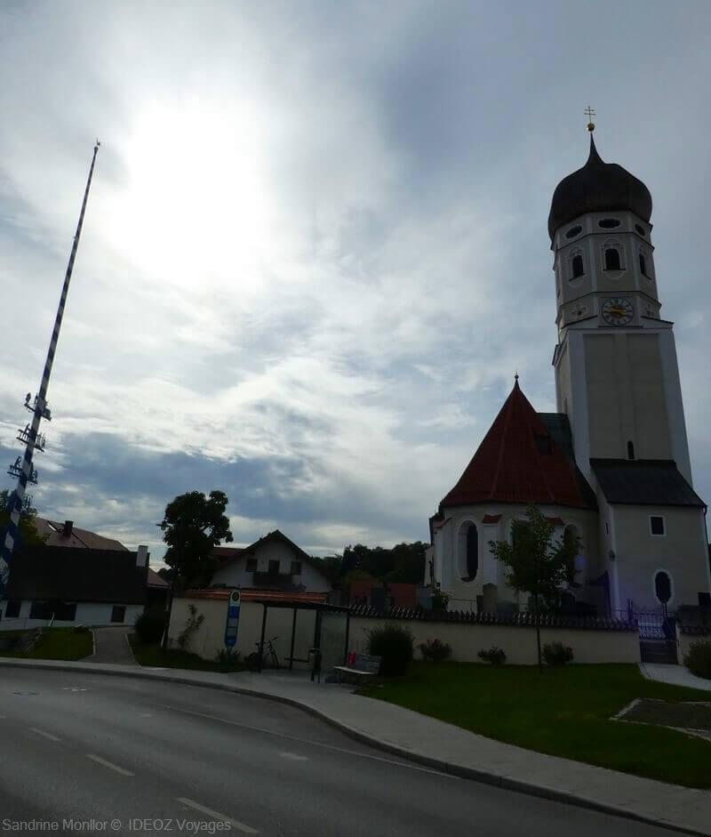 église aux abords de l'abbaye d'andechs en fin d'après midi en automne